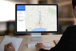 Mann nutzt Google Maps am PC